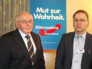 Heinrich Düpmann (links) von der Stromverbraucherschutzorganisation NAEB e.V. und Dr. Christian Blex, Sprecher des KV Warendorf